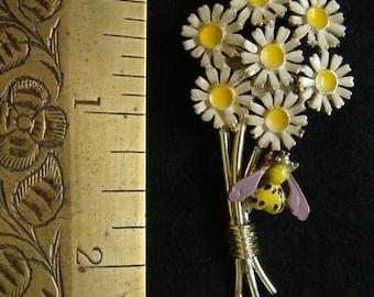 daisy boquet with bee brooch