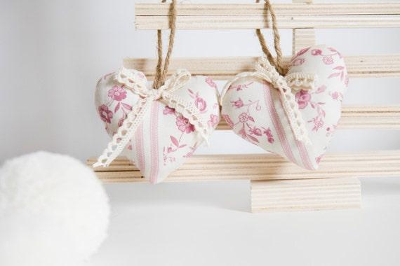 Due cuori di stoffa shabby con fiori rosa di for Fiori di stoffa shabby chic