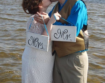Mr and Mrs Table Sign - Mr & Mrs Wood Signs - Shabby Chic - Wedding Photo Prop Signs - Mr and Mrs Sign For Sweetheart Table - Wedding Decor