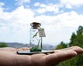 Rawr means I love you in DInosaur. Te amo. Te quiero. Mensaje en una botella. Miniaturas. Regalo personalizado. Divertida postal de amor.