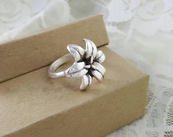 Lily Ring in Sterling silver, silver lily ring, tiger lily ring, nature inspired silver ring, silver flower ring, flower statement ring