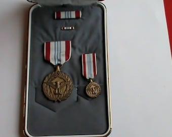 Vintage collectable Military Defense Meritorious Service medal set in original case