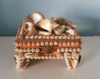Adorable vintage shell jewelrybox!  1950 1960s jewelrybox decorated with sea shells