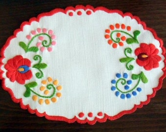 Hand embroidered oval doily with hand-fringed borders (MKDOI-TR-73)