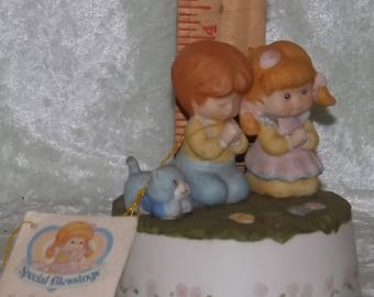 Special Blessings Music Box, Little Boy and Girl Praying, Plays What the World Needs Now is Love, 1989, Our Daily Prayers, Children Figurine