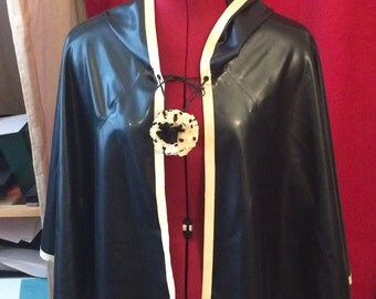 Cape hooded in latex - closing pompom in latex