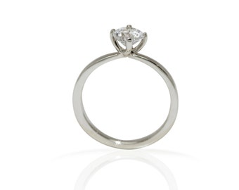 Solitaire diamond engagement ring in 18kt white gold. Certified natural diamond 0.50ct.