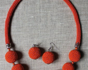 The beaded necklace of the shape of beads 39