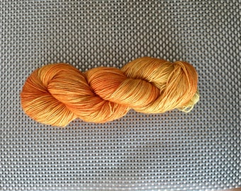 Citrine, yarn dyed by hand, shades of yellow, fingering, Merino and stellina 115g size down / 380 m