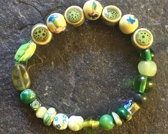 Green glass and ceramic beaded stretchy bracelet