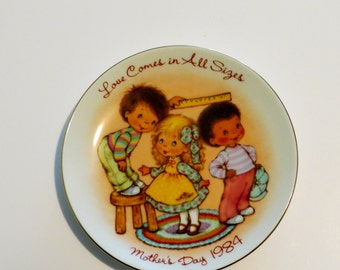Avon Collectible Mothers Day 1984 Plate/Love Comes in All Sizes /Mothers Day 1984 Avon Mini Plate/Vintage Avon Collectible Plate