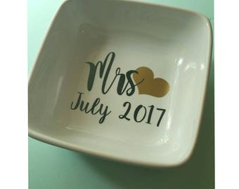 Customized ring dish. Mrs ring dish. Wedding gift.  Engagement Ring Dish. Wedding Gift. Valentines Day Gift for her. Jewelry dish.