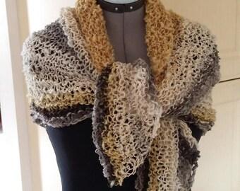 Triangular spring shawl, hand spun, hand knitted, handgeverfd