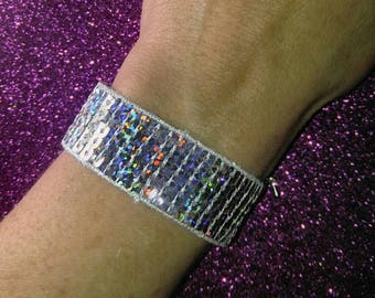 Adjustable iridescent bracelet