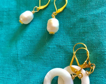 2 Earrings set : mother of pearl circles and 10mm cultured freshwater pearl earrings in gold plated silver.