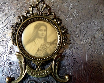 Saint Theresa / Therese Of Lisieux, Gold Gilt Frame, Ormolu Metal Shrine Portable Devotional Picture, Ribbons & Flowers, Made In France
