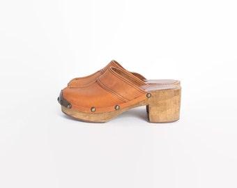 Vintage 70s Leather CLOGS / 1970s Caramel Studded Platforms 7 1/2 38