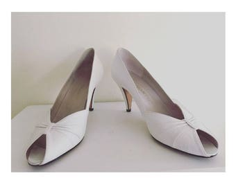Pristine vintage white leather pumps by Chantal made in Italy size 7n