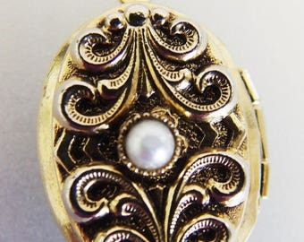 ON SALE Cute Vintage Gold Tone & Faux Pearl Oval Locket