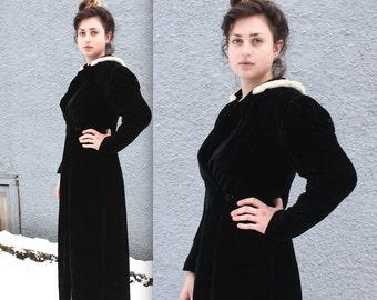 Vinage 1930s Coat // 30s Black Silk Velvet Opera Coat White Fur Trim Collar // Silver Screen Star // DIVINE