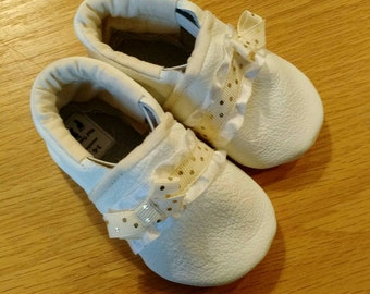 White baby girls shoes with gold polka dots and bows size 4/ 6-12 months