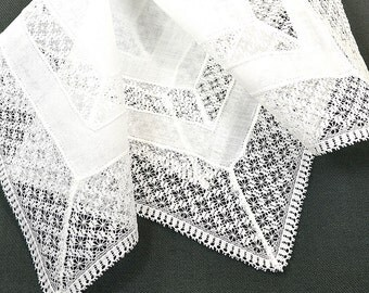 VINTAGE WEDDING HANKIE Bridal White Bands of Lace & Linen with Linen Center Simple Tailored Elegant ayer of Lace, Excellent Condition