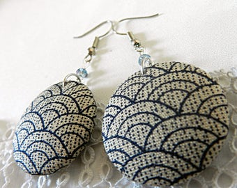 Earrings composed of waves pattern fabric cabochons