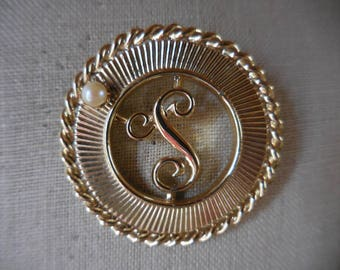 """Vintage Gold Tone 1950s to 1960s Schrager Pin/Brooch Initial """"S"""" Letter """"S"""" Pearl Retro Jewelry"""