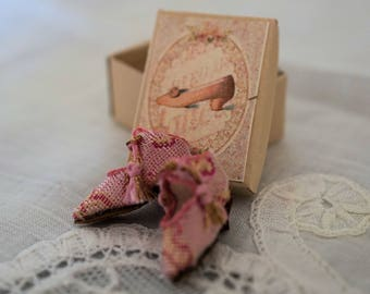 Miniature shoes 1:12 scale - Victorian silk shoes -  pink and golden brocade silk with tassels