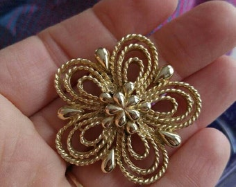 Vintage golden daisy brooch! Flower gold tone