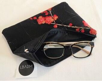 Bolso de mano. bolso de mano flor de cerezo. telas japonesa. diseño japones. clutch. rojo y negro. flor cerezo- microfibra. CEREZO ROJO.