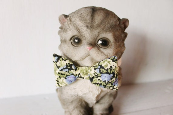 Bow tie cat collar >> Small dog bow tie >> Blue and green floral bow tie, white leather strap and silver buckle >> Pet gift