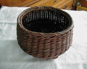 Sooo cute small round basket with 5 woven little feet. it measures 3 1/2 inches tall and 4 1/4 x 5 inches across the top.