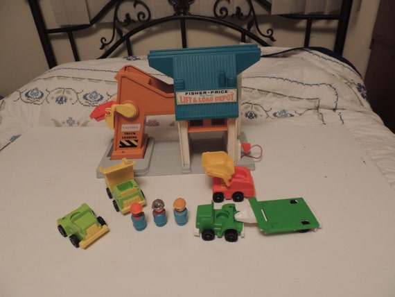Vintage Fisher Price Play Family Lift & Load Depot 942 w trucks little people