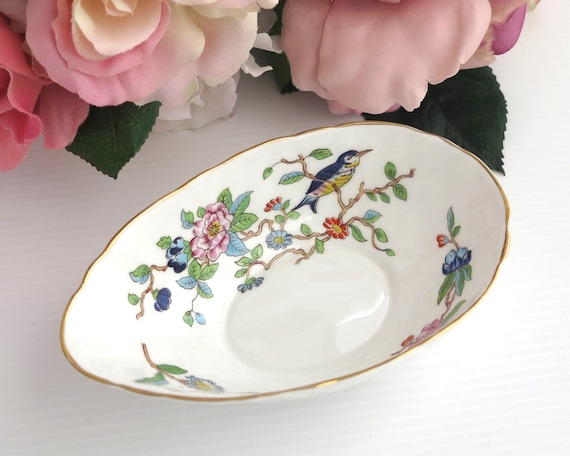 Aynsley avocado dish or trinket dish with Pembroke pattern, white bone china with flowers and bird, gilt trim, textured ceramic, circa 1980s