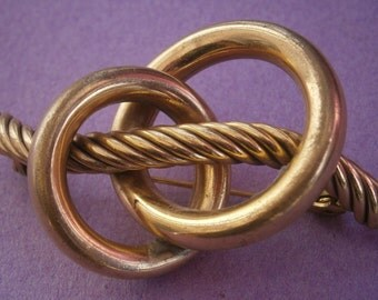 B880) A lovely vintage Victorian antique gold tone metal 3D rope love knot brooch