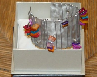 Aluminium cuff with multicoloured square resin beads