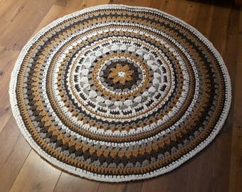 Round carpet crocheted with RibbonXL yarn