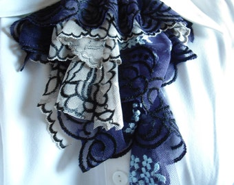 Gothic ruffles in lace black, white and purple