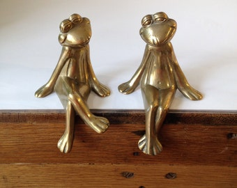 70's smiling seated brass pair of frogs