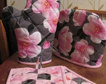 Kitchen set: oven mitt, potholder, the cover on the kettle/teapot