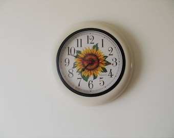 80s Ingraham Wall Clock Battery Clock Beige with Sunflower Country Kitchen Clock