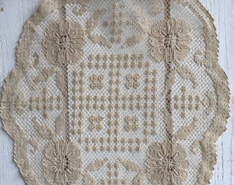 Round doily in very fine lace, linen thread, vintage french