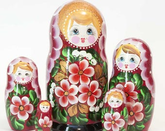 Nesting dolls Pansies on red. Russian matryoshka doll with flowers - kod548p
