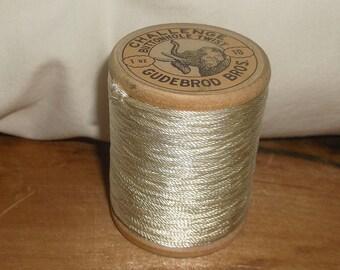 Vintage Gudebrod Bros. Challenge Buttonhole Twist Thread • Rayon • 22 Yds • 1 oz • 10 • 6348 • Wooden Spool