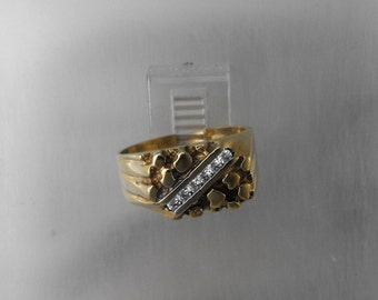 Ring 9 Ct yellow gold set with 6 x 0.02 Ct Diamonds.