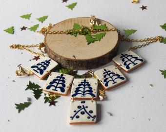 Große Halskette, Farn Motiv, Weiße Halskette, quadratische Halskette, eckige Halskette, maritim Blau Muster, Goldfarbige Muster