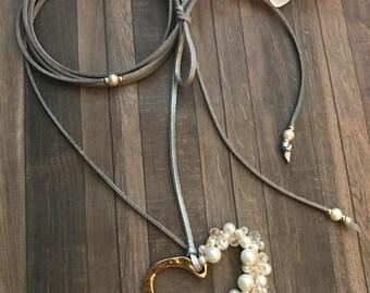 Corazon perlado en collar metalico ajustable. Suede necklace. Heart choker. Suede jewelry.