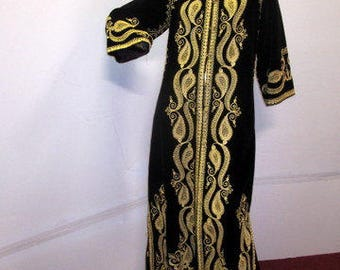 get the royal treatment in this stunning black and gold velvet caftan sz med to large