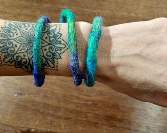 Handmade felted bracelets in green blue and purple | Felted bangles | Merino wool | Boho gift for her | Organic jewelry | Wrist accesoires |